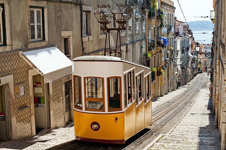 Tramway 28 dans une rue de Lisbonne