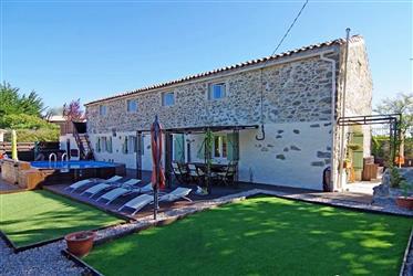 Ancien chai rénové avec 4 chambres, 3 salles de bains, sur 385 m² avec jardin, piscine et vues.