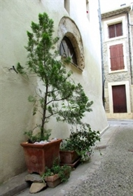 Joli appartement dans ancien château viticole avec piscine, sauna et parking privé. Rare !