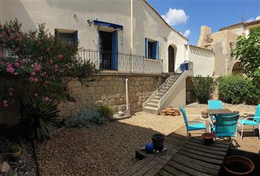 Single storey villa with 204 m² of living space with 5 bedrooms on a 1200 m² plot with pool.