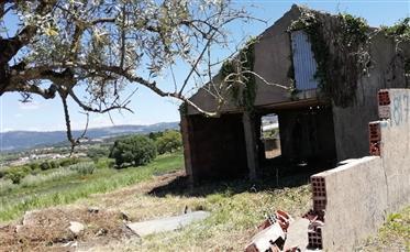 Casa para remodelar com terreno em Alcobaça