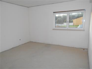 Casa em construção com 3 quartos e terreno perto de Alcobaça