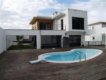 Moradia moderna com piscina Nazaré