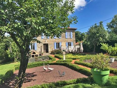 Maison de maître 330m2 avec superbe jardin 5 200m2, grange et très belle vue sur la campagne.