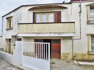 Maison de village 156m2 (2 appartements) avec ateliers et garages 263m2 sur un terrain 1 250m2.