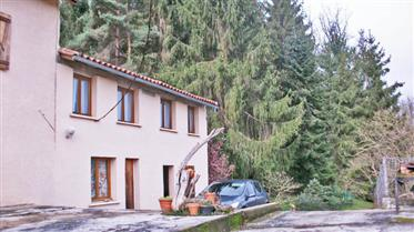 Grande maison de campagne 250m2 hab. Actuellement aménagée en deux habitations sur un terrain de 580