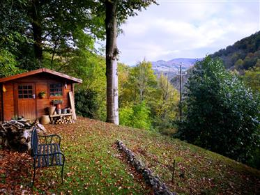 Recente villa met zwembad, grote tuin, bijgebouwen en een heel mooi uitzicht op de bergen.