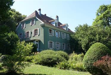 Herrschaftshaus im historischen Park von Wesserling
