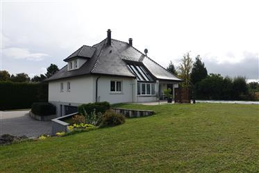 Gepflegter Landsitz mit 1,3 ha in Grenznähe
