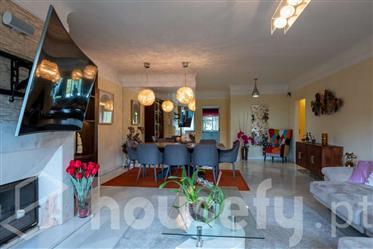 Apartamento T4 em condomínio privado numa zona nobre do Lumi...