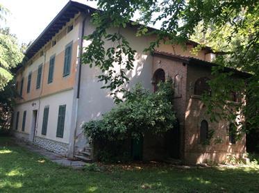 Villa d'epoca con parco e dependance