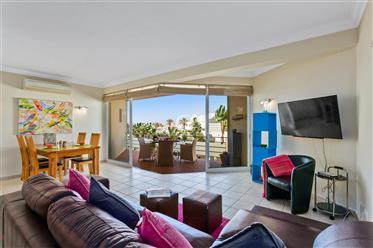 Espaçoso apartamento perto da praia