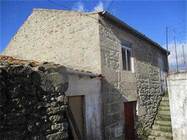 Maison avec l'arrière-cour confronte le ruisseau