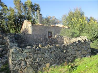 Terreno com 62500m2 e construção de pedra de cerca de 70m2