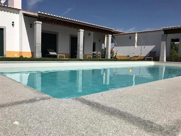 'Quinta' situated 7 km from the historic centre of Évora, with asphalted accesses, in a la