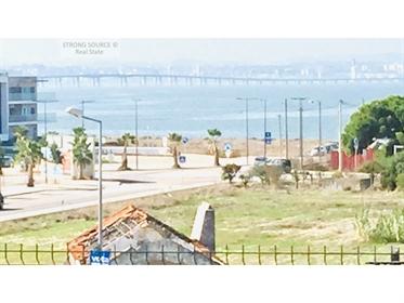Vende-Se Apartamento duplex, T4 (2 suite e 2 quartos) com 2 grandes terraços com vista para o rio te