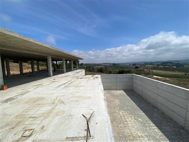 Moradia T3 com piscina em terreno de 7.260 m2 - a 10/15 min. Da praia de São Martinho do Porto e