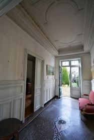 Martine vous propose ce magnifique hôtel particulier d 'environ 514m2 sur un jardin arboré
