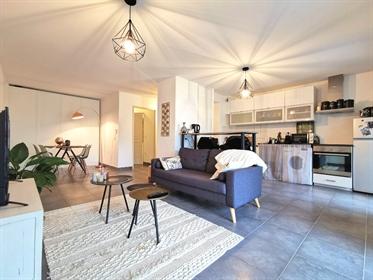 Au calme, dans une impasse, et entouré de verdure, venez découvrir ce superbe appartement