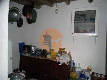 Casa térrea habitável, com 8 divisões, para renovar em aldeia típica de Alcoutim.