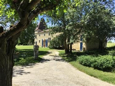 Limit Gers /Lot and Garonne. At the end of a path, a beautiful stone character building joined