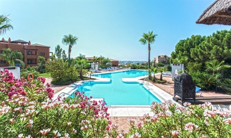Elevated Ground Floor Apartment With Sea Views In La Alquería, Benahavís. This spacious an...