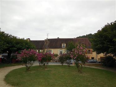 Maison en pierre parfaitement entretenue et entièrement rénovée datant du 16ème siècle.
