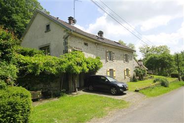 Een mooi, gerenoveerd en vrij gelegen landhuis met zwembad en groot grondgebied langs rustige weg.