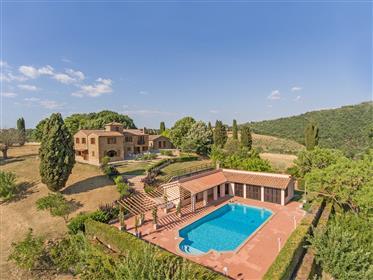 Vendesi prestigiosa proprietà con piscina vicino Pienza.