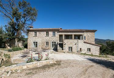 Agriturismo con piscina in vendita vicino Perugia, Umbria