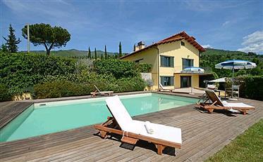 Vendesi villa di lusso a Reggello in Toscana.