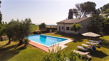 Vendesi deliziosa proprietà con piscina in Umbria