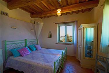 Casale in vendita con magnifica vista sul Lago Trasimeno, Umbria.