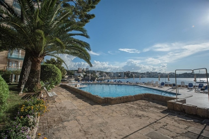 Located in a front line community in Illetes, this fully renovated apartment has 2 spaciou...