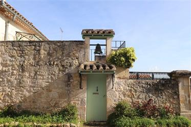 A former 'presbytère' and its adjoining garden of about 600 m². This rectory house can be