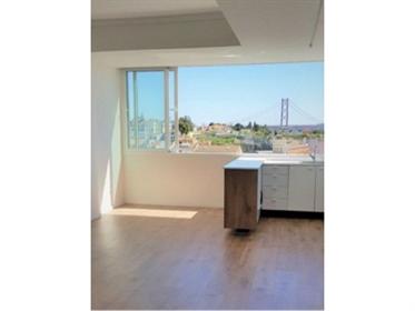 Apartamento T2, remodelado, com vista de rio, na Ajuda.