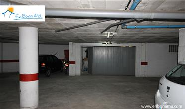 Parking cerrado con capacidad para 3 vehículos