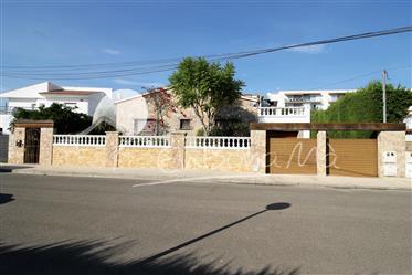 Casa espaciosa con piscina climatizada y gran zona de amarre, en Roses, Sta. Margarita.
