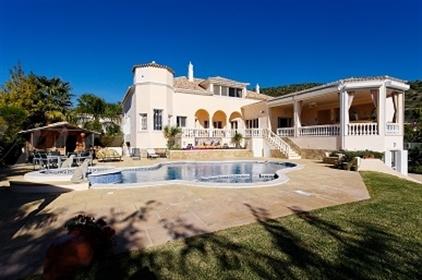 Imobiliaria de luxo vende propriedade incrivel com um jardim...