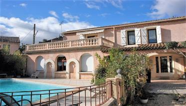 Grand maison atypique avec jardin et piscine dans village au bord du Canal du Midi
