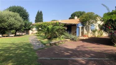Villa avec grand jardin et piscine dans un village animé du Canal du Midi