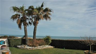 Detached villa with garden and panoramic sea views in Aude coastal village