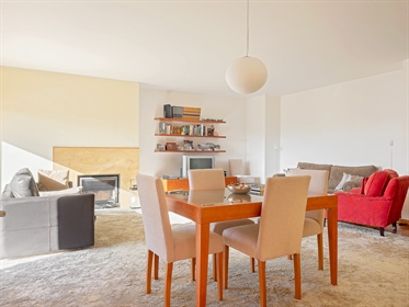 3-Bedroom apartment with 225 sqm with sea view, in Foz, Porto. Located in a gated communit