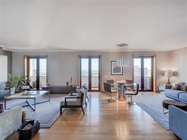 Apartamento de 5 quartos convertido em um apartamento de 4+1...