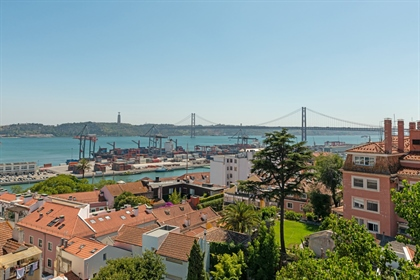 Rodeado por terraços com vista para o rio Tejo e a ponte sobre o rio, este amplo apartamen