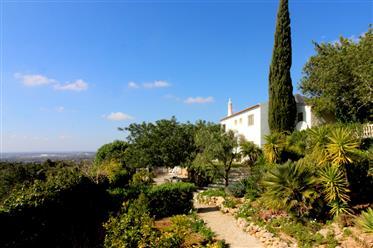 Belle villa au bord d'une vallée verdoyante avec vue sur la mer lointaine à Paderne