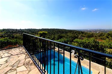 Villa linda à beira de um vale verde com vista para o mar di...