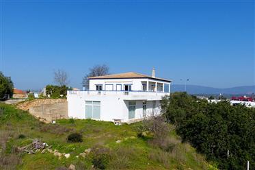 Villa com grande sala multifuncional no térreo em uma localização de vista em Ferragudo