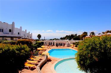 Casa de esquina ensolarada com vista para o mar em uma das mais belas praias de Ferragudo