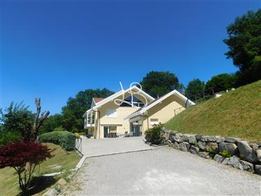 Villa avec vue panoramique sur le lac et piscine